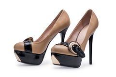 De schoenen beige leer van paarvrouwen royalty-vrije stock foto