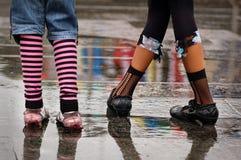 De schoenen die van Emo zich onder de regen bevinden Royalty-vrije Stock Afbeeldingen
