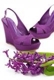 De schoenen en de hyacint van het platform Stock Afbeeldingen