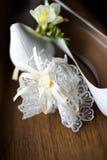 De schoenen en de kouseband van de bruid stock foto