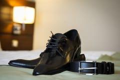 De schoenen en de riem van het leer Stock Foto's