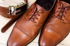 De schoenen en de riem van het leer Stock Afbeelding