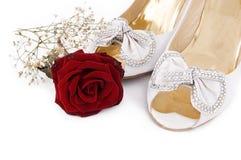 De schoenen en de rozen van het huwelijk Stock Fotografie