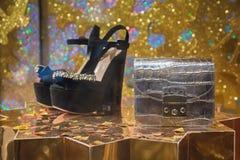 De schoenen en de handtas van vrouwen op de vertoningsopslag stock foto