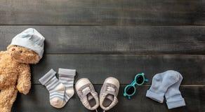 De schoenen en de sokken van de babyjongen op blauwe houten achtergrond royalty-vrije stock foto's