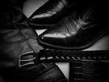 De schoenen, jasje en riem, worden gemaakt van een echt leer royalty-vrije stock fotografie