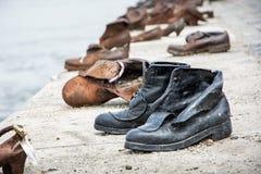 De schoenen op de bank van Donau is een gedenkteken in Boedapest Stock Foto's