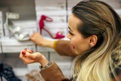 De schoenen slaan het gelukkige vrouwen winkelen op Stock Fotografie