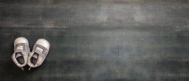 De schoenen van de babyjongen op blauwe houten achtergrond, banner stock fotografie