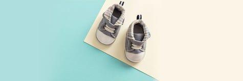 De schoenen van de babyjongen op pastelkleurenachtergrond, banner royalty-vrije stock fotografie