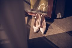 De schoenen van de beige high-heeled vrouwen van het schoenen elegan leer op een houten shoesBrideschoenen van de backgroundlight royalty-vrije stock foto's