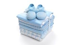 De schoenen van de babyjongen op dekens Royalty-vrije Stock Afbeeldingen