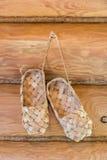 De schoenen van de bast Geïsoleerdel voorwerpen op witte achtergrond Stock Fotografie