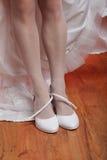 De schoenen van de bruidmontage Stock Foto's