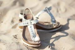 De schoenen van de dame op het zand Royalty-vrije Stock Fotografie