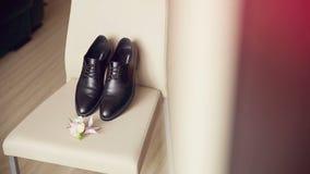 De schoenen van de elegante bruidegom stock videobeelden