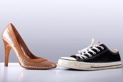 De schoenen van de manier en van de sport op abstracte grijze backround Stock Afbeeldingen