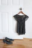 De schoenen van de stip en modieuze blouse op een hanger Royalty-vrije Stock Afbeeldingen