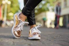 De schoenen van de vrouwen van de straatstijl stock afbeelding