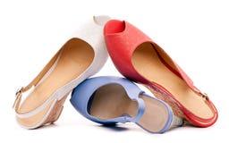 De schoenen van drie open-tenenvrouwen tegen wit Royalty-vrije Stock Foto