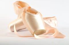 De Schoenen van het ballet die op wit worden geïsoleerdE stock foto's