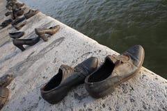 De schoenen van het brons op de dijk van Donau Stock Fotografie