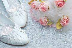 De schoenen van het huwelijk met bruids boeket en kristallen Stock Fotografie