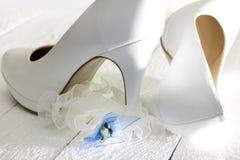 De schoenen van het huwelijk op uitstekende witte planken Stock Fotografie