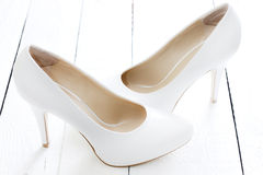 De schoenen van het huwelijk op uitstekende witte planken Royalty-vrije Stock Afbeeldingen