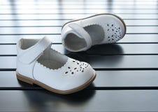 De schoenen van het jonge geitje `s stock foto