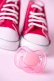 De schoenen van het model en van de baby stock afbeelding