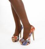 De schoenen van het patroon op sexy benen Stock Afbeeldingen