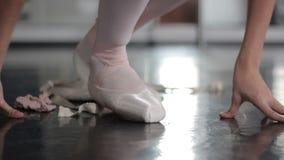 De schoenen van het vrouwenballet stock video