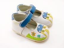 De schoenen van het witte jonge geitje met geïsoleerdea haak-en-lijn, Royalty-vrije Stock Afbeelding