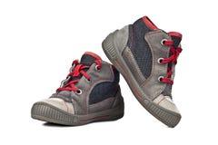 De schoenen van jonge geitjessporten die op witte achtergrond worden geïsoleerd royalty-vrije stock foto's
