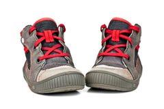 De schoenen van jonge geitjessporten die op witte achtergrond worden geïsoleerd stock foto's