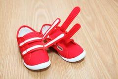 De schoenen van kinderen op de vloer Royalty-vrije Stock Foto