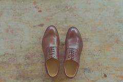 De schoenen van klassieke bruine leermensen op houten achtergrond Stock Foto's