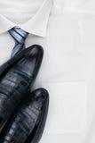 De schoenen van klassieke mensen, band op een wit overhemd Royalty-vrije Stock Afbeelding