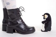 De schoenen van meisjes en leuk stuk speelgoed Stock Foto's