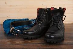 De schoenen van mensen, jeans en een riem Stock Foto's