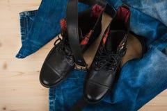De schoenen van mensen, jeans en een riem Royalty-vrije Stock Afbeeldingen