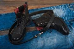 De schoenen van mensen, jeans en een riem Royalty-vrije Stock Fotografie