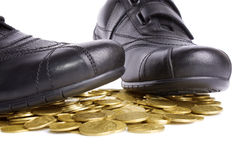 De schoenen van mensen met muntstuk Royalty-vrije Stock Foto
