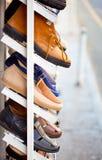 De schoenen van mensen is op de plank Royalty-vrije Stock Fotografie
