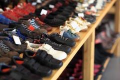 De schoenen van mensen op de plank Royalty-vrije Stock Afbeeldingen