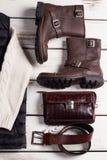 De schoenen van modieuze mensen met leertoebehoren Stock Foto