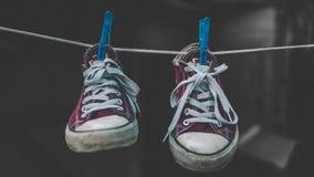 De schoenen van de sport Rode tennisschoenen op een donkere marmeren achtergrond Schoeisel voor openluchtactiviteiten stock afbeelding