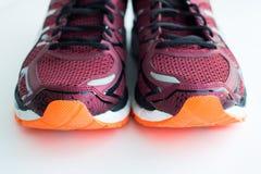 De schoenen van sporten op een witte achtergrond Stock Foto