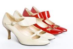 De schoenen van twee paren nieuwe elegante dames stock foto's